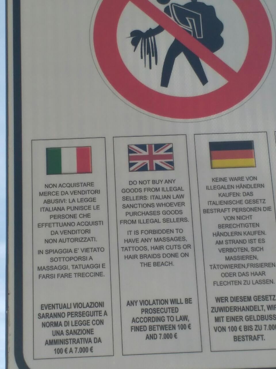 Штраф за покупки у нелегальных продавцов, на одном из пляжей Италии